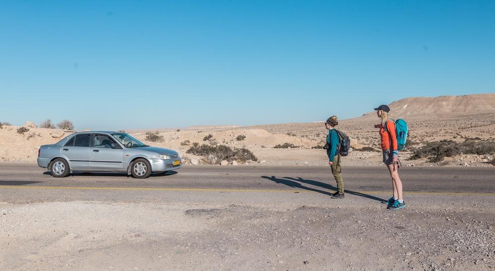 zdjęcie podóżników łapiących autostop